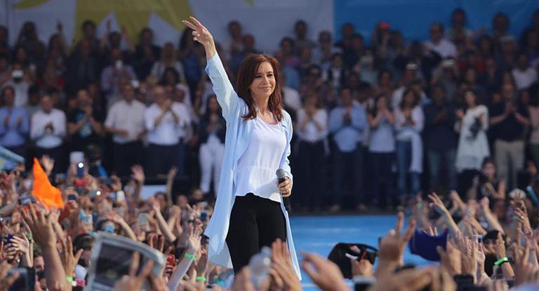 Cristina cerró campaña con fuertes críticas a Macri