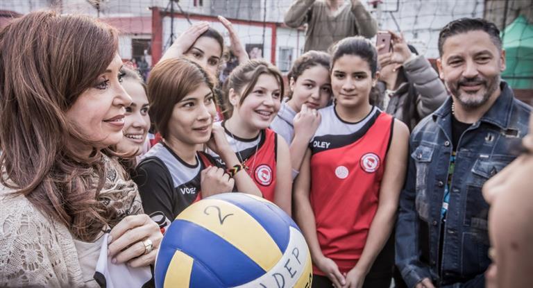 Cristina llevó su campaña a la Primera Sección