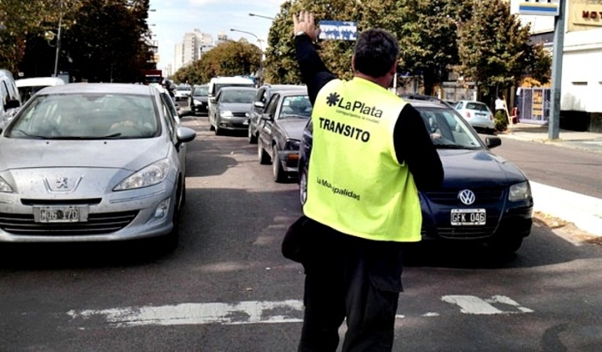 La Plata oficializo la vuelta de las grúas y las fotomultas